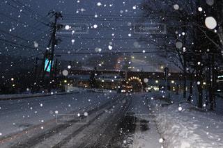 雪の夜の道の写真・画像素材[1035337]