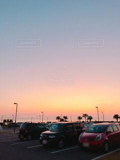 駐車場の夕暮れの写真・画像素材[1035579]
