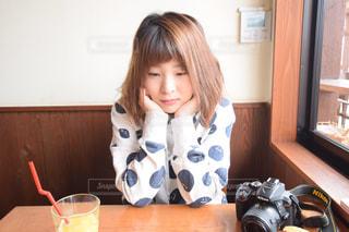 テーブルに着席した人の写真・画像素材[1035236]