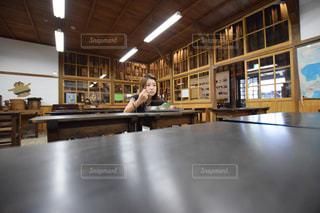 一人で給食を食べる女の子の写真・画像素材[1035238]