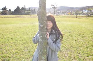 木から覗く女の子の写真・画像素材[1035279]
