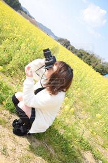 草の上に座っている人の写真・画像素材[1036478]