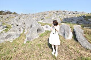 岩の上に立っている人の写真・画像素材[1036486]