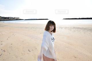 ビーチに立っている人の写真・画像素材[1036487]