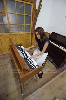 ピアノの前に座っている人 - No.1057451