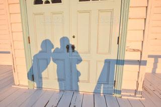 建物に写った影 - No.1057452