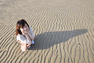 砂浜の女性の写真・画像素材[1066088]