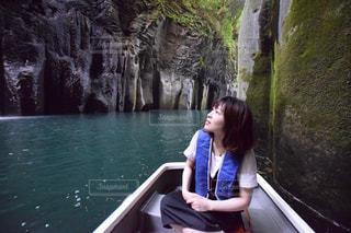 ボートに座っている女性の写真・画像素材[1066090]