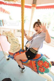 遊園地で楽しそうな女性の写真・画像素材[1066091]