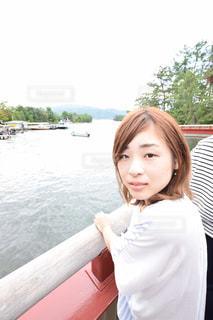 川を見ている女性の写真・画像素材[1066092]