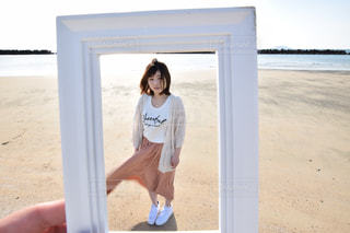 ビーチに立っている人の写真・画像素材[1069994]