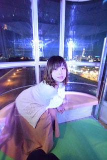 窓の前で座っている女の子の写真・画像素材[1070015]
