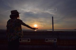 夕日を手にの写真・画像素材[1070017]