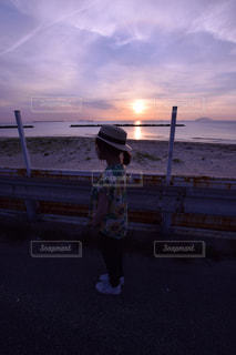 日没の前に立っている人の写真・画像素材[1070021]