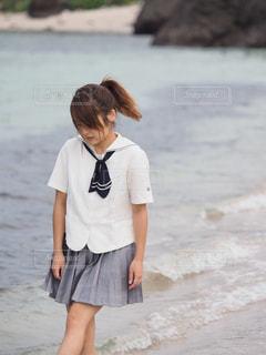 ビーチの上を歩く少女の写真・画像素材[1070023]