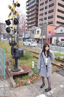 建物の前に立っている人の写真・画像素材[1070183]