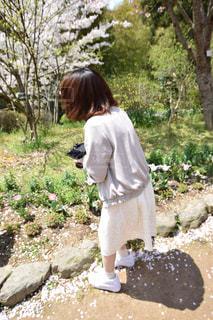 桜の前での写真・画像素材[1070188]