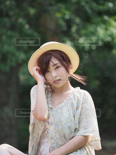 帽子をかぶっている女性の写真・画像素材[1156425]