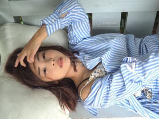 ベッドの上で横になっている人の写真・画像素材[1170869]