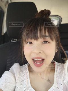 カメラに向かって笑みを浮かべて少女の写真・画像素材[1187914]