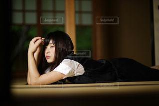 寝そべる女性の写真・画像素材[1282717]
