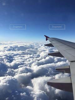 空を飛んでいる飛行機の写真・画像素材[1734946]