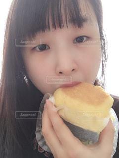 パンを食べる女の子の写真・画像素材[1746404]