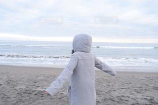 ビーチに立っている人の写真・画像素材[1754510]