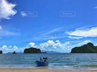 誰もいないビーチと小船の写真・画像素材[1035055]