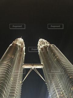 夜のツインタワーの写真・画像素材[1035177]