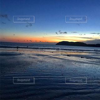 水の体に沈む夕日の写真・画像素材[1035951]