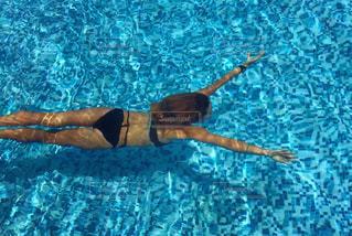 プールで泳いでいる人の写真・画像素材[1035953]