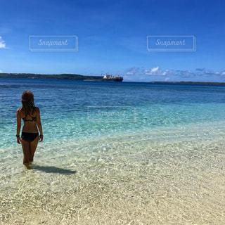 白砂のビーチに立っている人 - No.1035955