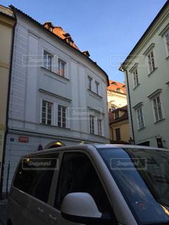 建物の側に停まっている車の写真・画像素材[1035103]