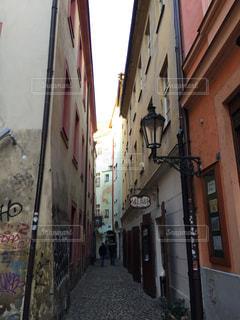 通りの側面に落書きのある建物の写真・画像素材[1035107]