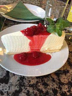 皿の上のケーキの一部の写真・画像素材[1035108]
