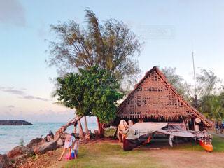 海のそばにある小屋の写真・画像素材[1035146]