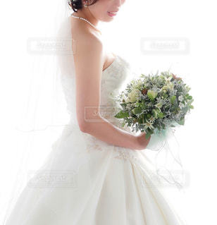 ウェディング ドレスを着た女性の写真・画像素材[1069302]