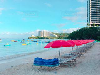 砂浜の上に座っての芝生の椅子のグループの写真・画像素材[1070239]
