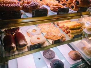 さまざまな種類の食品でいっぱいディスプレイ ケースの写真・画像素材[1073509]