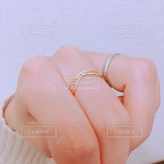 指輪をした手の写真・画像素材[1084903]