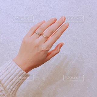指輪をした手の写真・画像素材[1084904]