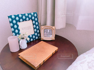 ベッドと小さな部屋で机付きのベッドルームの写真・画像素材[1085094]