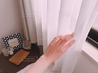 カーテンを開ける手の写真・画像素材[1085095]