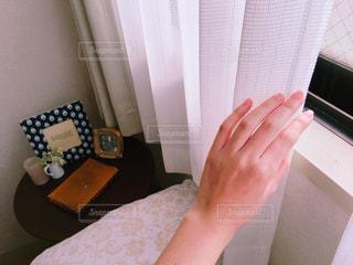 カーテンを開ける手の写真・画像素材[1085096]