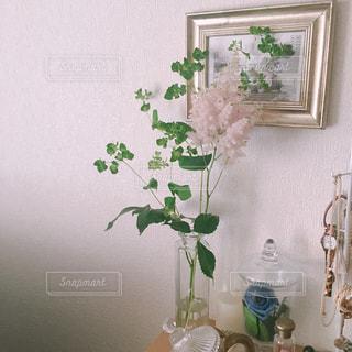 テーブルの上に花の花瓶の写真・画像素材[3142846]
