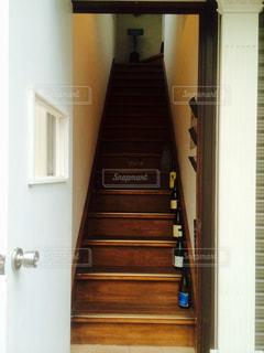 扉の向こうの階段の写真・画像素材[1036084]