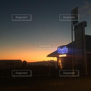 街に沈む夕日の写真・画像素材[1036381]