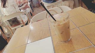 テーブルの上のコーヒー カップの写真・画像素材[795713]