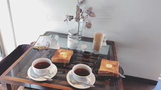 テーブルの上のコーヒー カップの写真・画像素材[999918]